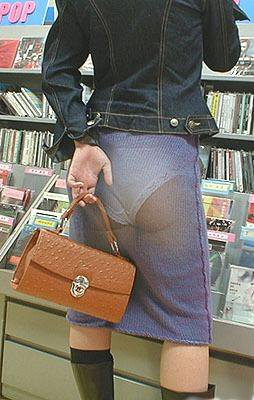 نقاشی شورت دختر روی دامن دختر