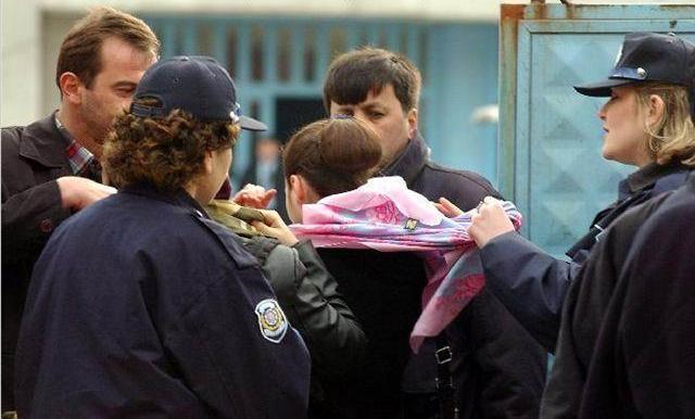 کشیدن روسری از سر دختران محجبه توسط پلیس فرانسه